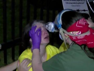 Un agente de Inmigración intenta atropellar a manifestantes frente a un centro de detención del ICE