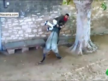 Momento en el que el joven ha sido embestido por el toro