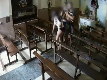 Jóvenes robando el Cristo de madera de una capilla de Berga, Barcelona