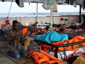 Un migrante reza a primera hora de esta mañana a bordo del Open Arms, fondeado frente a la costa de Lampedusa.