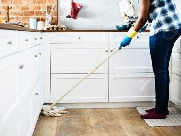 Una mujer limpiando la casa