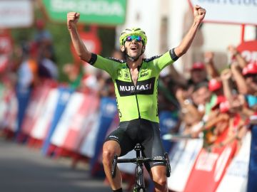 Mikel Iturria celebra su triunfo en la etapa 11 de la Vuelta a España 2019