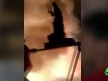La imagen de una virgen se incendia en plena procesión y acaba en el suelo con los cofrades a la carrera