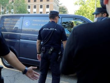 El coche fúnebre que transporta el cuerpo de Blanca Fernández Ochoa
