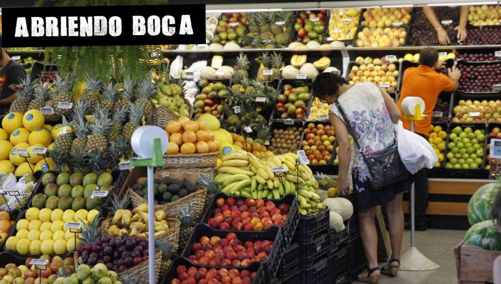 Un mujer hace la compra en una frutería