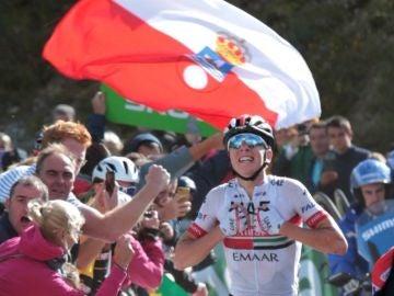 Pogacar celebra su victoria en Los Machucos