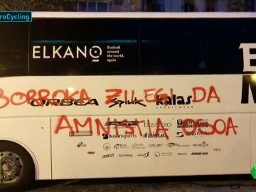 Aparecen pintadas con mensajes a favor de los presos de ETA en los autobuses y los coches de dos equipos de la Vuelta