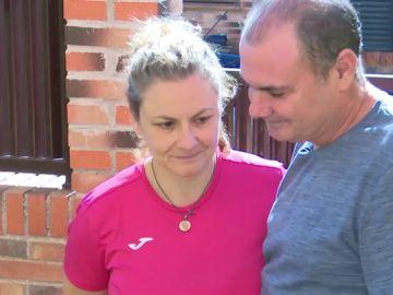 Un hombre con su mujer, que padece Alzheimer genético
