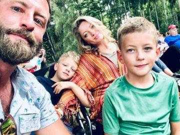 El pequeño Wiley (a la derecha) junto con sus padres y su hermano Oliver.