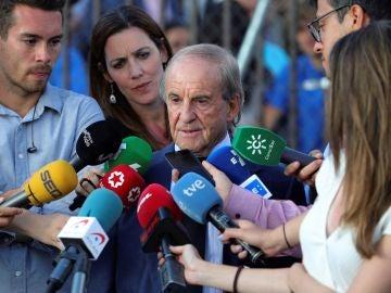 El periodista José María García atiende a los medios de comunicación a su llegada a la capilla ardiente de Blanca Fernández Ochoa