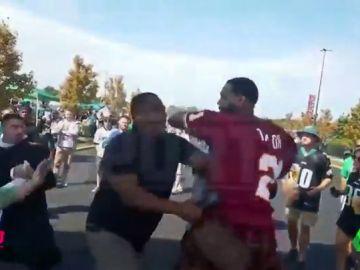 Un jugador de los Philadelphia 76ers se pelea con aficionados de los Eagles en plena calle
