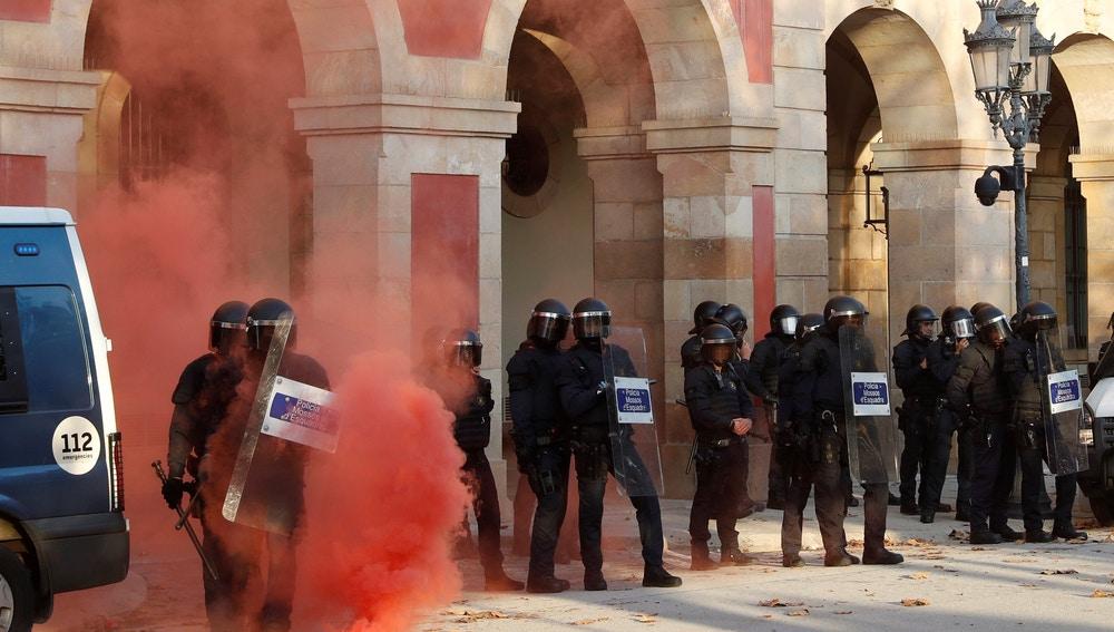 Incidentes entre la Policía y los CDR tras la protesta organizada a las puertas del Parlament de Cataluña