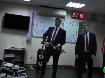 Un entrenador regala un AK-47 a un jugador después de una victoria