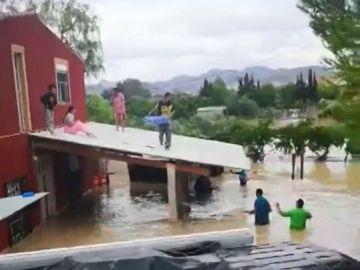 Rescatan con un barreño a un bebé atrapado