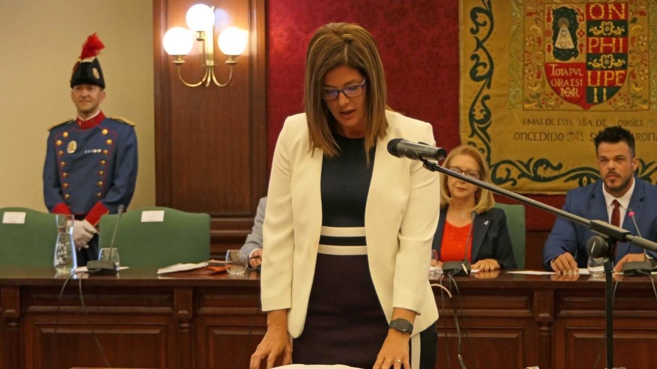 La alcaldesa socialista de Móstoles, Noelia Posse, jura su cargo