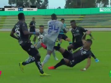 Despiden a un jugador en Ecuador por cometer dos penaltis