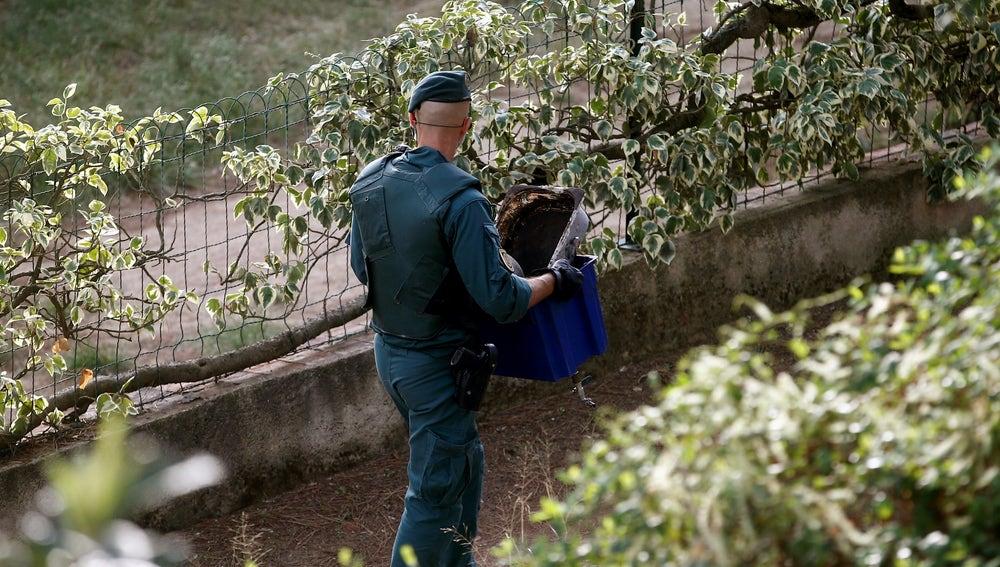 Un agente de la Guardia Civil con material intervenido a los CDR detenidos