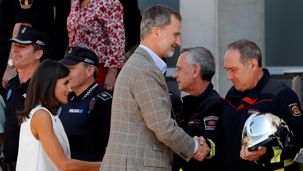 Los reyes Felipe y Letizia saludan a bomberos y policía local de Arganda del Rey