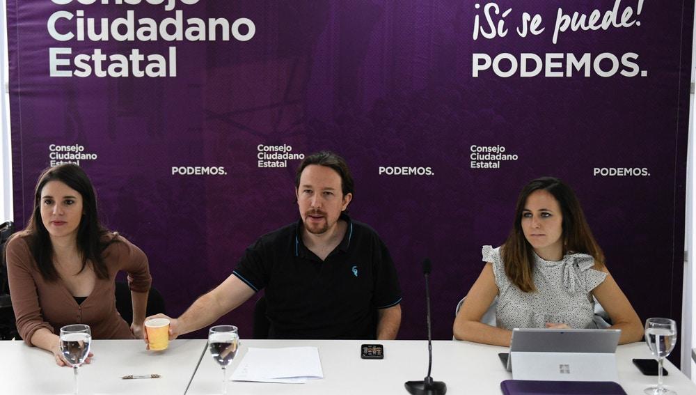 El secretario general de Podemos, Pablo Iglesias, la portavoz parlamentaria, Irene Montero (i), y la portavoz del partido, Noelia Vera