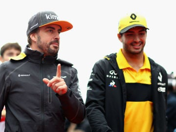 Fernando Alonso, con Carlos Sainz