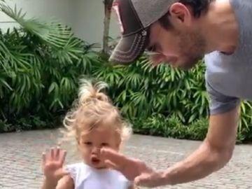 Imagen del vídeo de Enrique Iglesias bailando con su hija Lucy