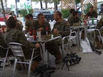 La polémica imagen de los militares tomando una cerveza con sus armas