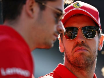 Vettel observa a Leclerc