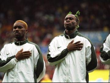Taribo West, a la derecha, durante un partido con Nigeria