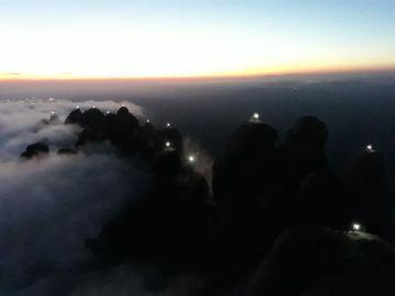 Imagen del macizo de Montserrat con sus agujas iluminadas por el 1-O