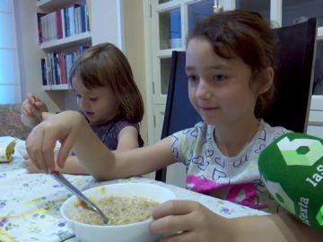 Antía y Navia durante el desayuno