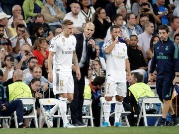 Zidane da instrucciones a Kroos y a Hazard en la banda del Bernabéu