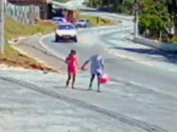 El niño paseando con la niña antes del suceso