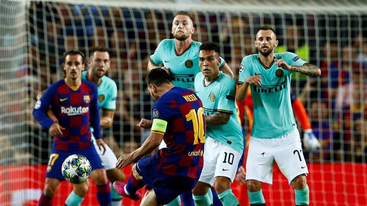 Leo Messi lanza una falta ante el Inter de Milán.