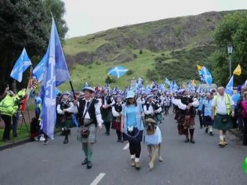 Miles de personas se manifiestan para pedir la independencia en Escocia