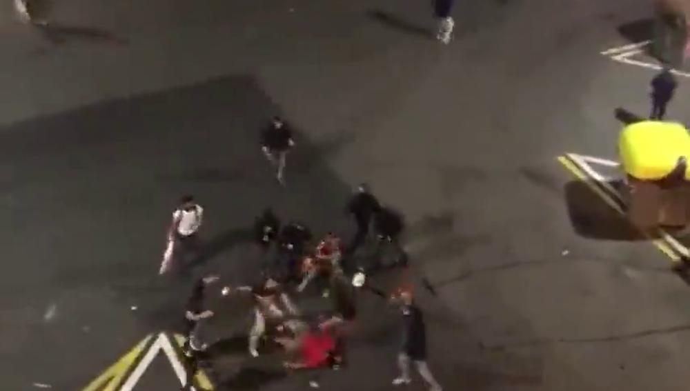 Brutal agresión con palos y patadas de un grupo de neonazis a un antifascista durante las protestas en Barcelona