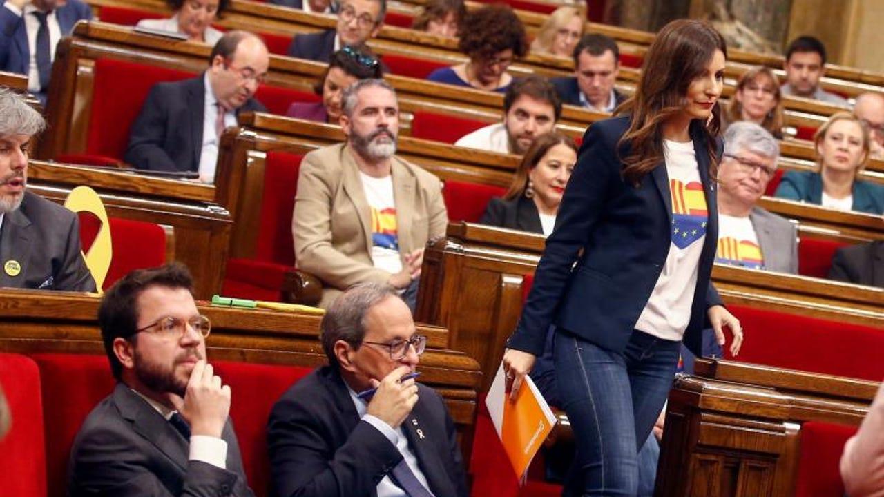 Lorena Roldán, en el Parlament, junto a Quim Torra