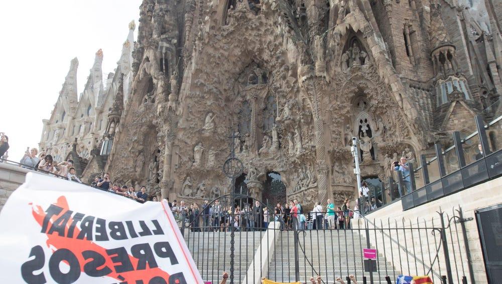 Centenares de personas protagonizan una sentada ante la Sagrada Familia
