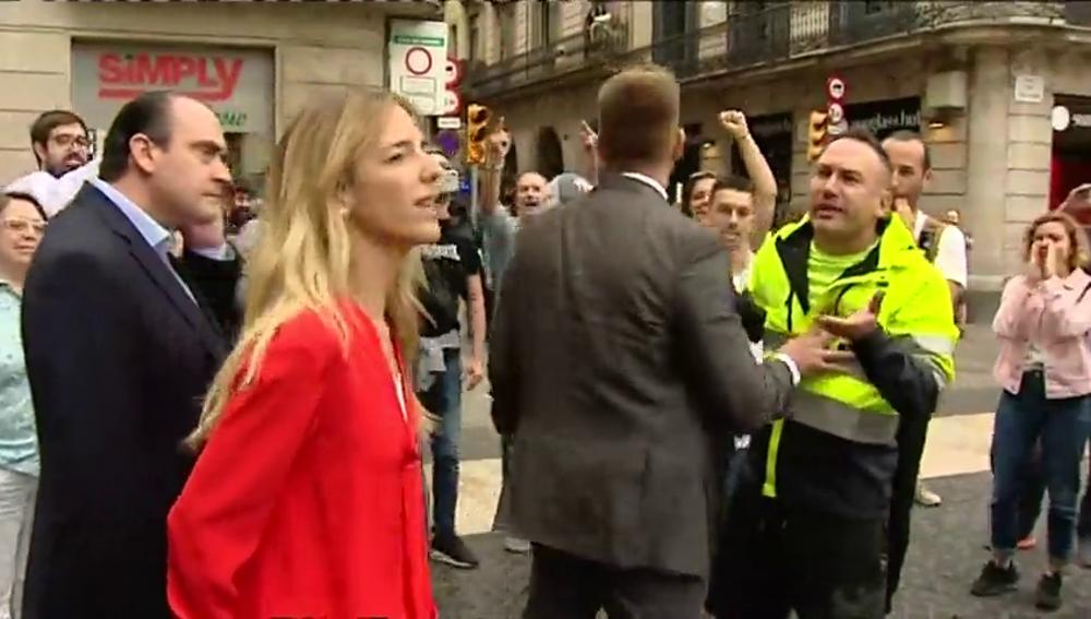 Independentistas insultan y abuchean a Álvarez de Toledo en la Plaza de Sant Jaume y ella les encara