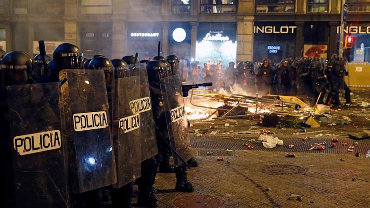 Policías cargan en los disturbios de Barcelona