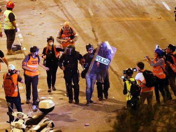 Imagen de la detención del fotoperiodista de El Pais Albert García durante las manifestaciones en Cataluña