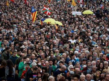 Miles de personas participan en la manifestación convocada en San Sebastián