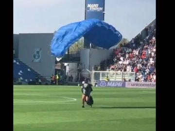 Un paracaidista, en pleno Sassuolo - Inter