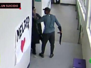 Un entrenador desarma y abraza a un estudiante que quería suicidarse con una escopeta