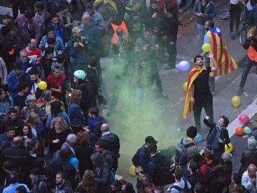 Centenares de personas piden la dimisión del conseller de Interior, Miquel Buch, en una concentración ante la sede de su departamento