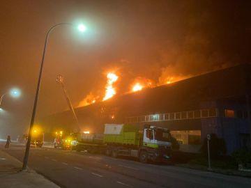 Un incendio destruye una nave industrial en Betanzos, A Coruña