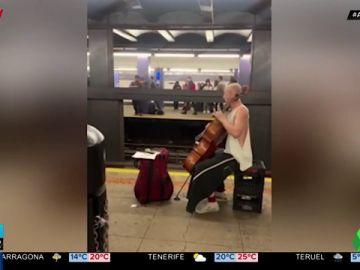 El concierto improvisado entre un violonchelista y un violinista en el Metro de Nueva York