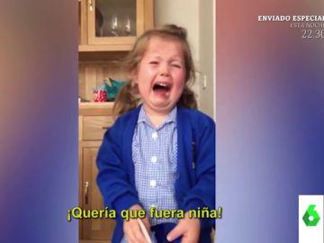 Un niña llora al saber que tendrá un hermano