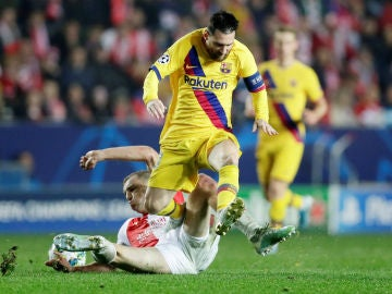 Messi, en posición forzada ante la férrea defensa checa