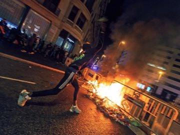 Un manifestante en las inmediaciones de la plaza de Cataluña