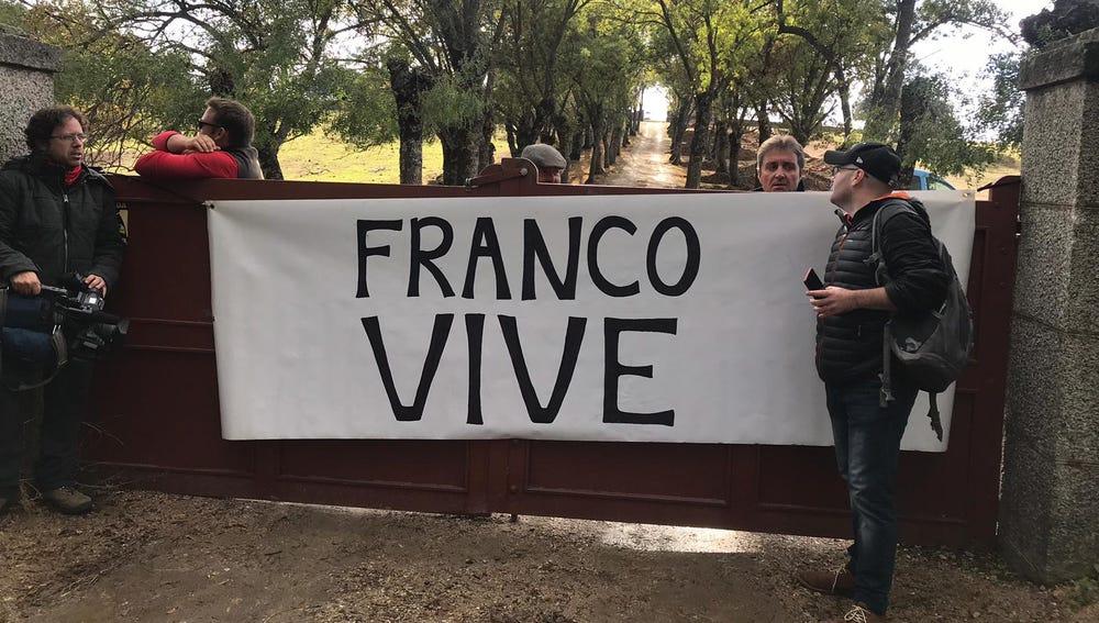 Protestas en el Valle de los Caídos contra la exhumación de Franco